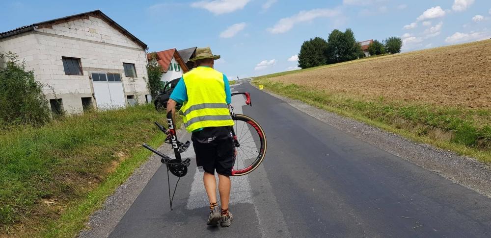 Starejši voznik povozil kolesarje na dirki v Hartbergu
